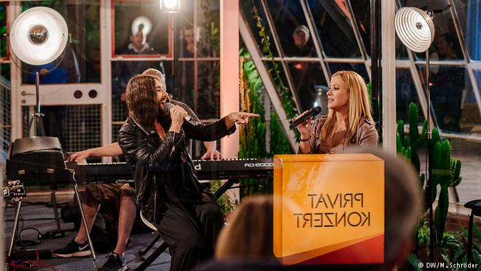 Anastacia a Conchita hosty talk show Night Grooves